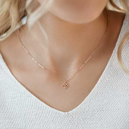 Diamond necklace Lotus Flower, 14K gold na těle
